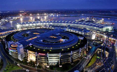 Der flughafen gehört zu den 25 verkehrsreichsten flughäfen. Flughafen Düsseldorf: Hunderte Reisende warteten nachts ...