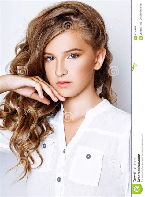 kündigungsfrist 13 jahre blond haarige 13 jahre alte m 228 dchen im studio stockbild bild beil 228 ufig blond 90249325
