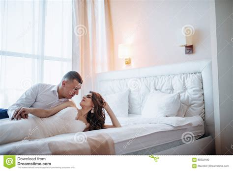 h el dans la chambre couples de mariage dans la chambre d 39 hôtel photo stock