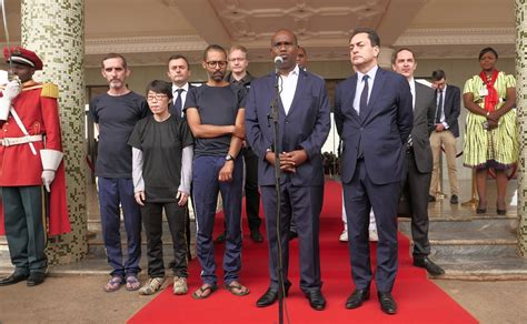 تقع ضمن دول الصحراء الكبرى في أفريقيا. ماكرون يستقبل الفرنسيين المحررين من بوركينا فاسو   اندبندنت عربية