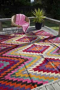 idee deco veranda en style boheme et chic With tapis motif aztèque
