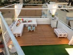 wohnideen raum mit dach abfallend lounge auf dem dach mit holzpaletten wohnideen einrichten