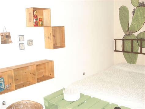 cassette di legno per vini una stanza da letto arredata con pedane cassette di vini