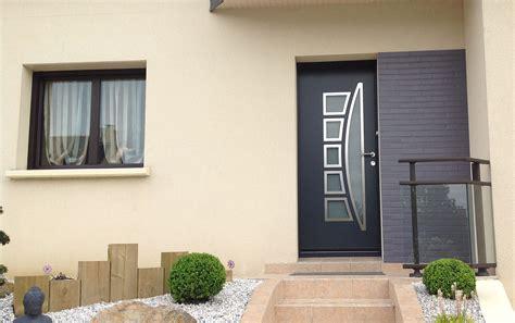 cuisine pose de porte d entr 195 169 e aluminium contemporaine et design sur porte d entr 233 e en bois