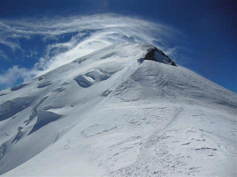 le sommet du mont blanc dans la tourmente guide de haute montagne