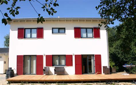 Das Einfamilienhaus Mit Roten Fensterläden Und Terrasse