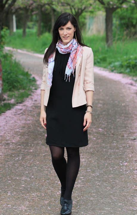 kleid mit stiefeletten schwarzes kleid strumpfhose