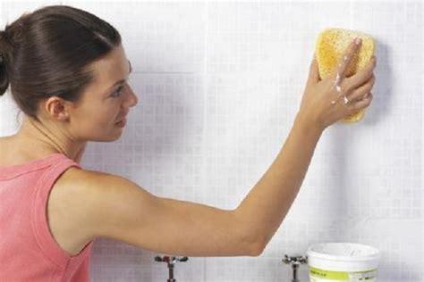 pulire piastrelle bagno pulire le fughe di piastrelle e pavimenti rimedi naturali
