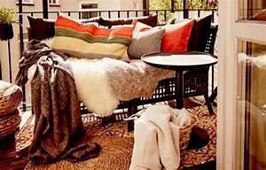 Plaids Für Sofas : ein sofa voller plaids kissen und schaffellteppichen u a gurli plaid grau schwarz ~ Markanthonyermac.com Haus und Dekorationen