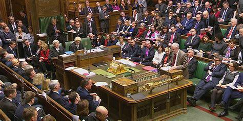 il parlamento britannico dovra discutere se vietare