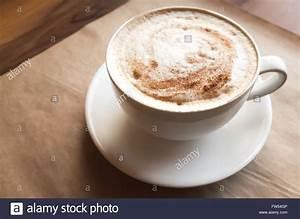 Große Tasse Kaffee : cappuccino gro e tasse kaffee mit milchschaum steht ber altpapier auf holztisch in cafeteria ~ A.2002-acura-tl-radio.info Haus und Dekorationen
