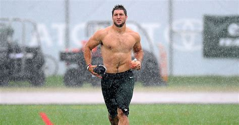 shirtless tim tebow takes leg day