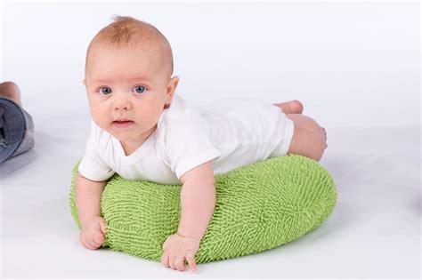 posizione neonato coliche neonato posizioni