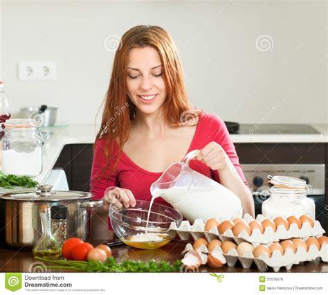 femme a la cuisine femme cuisine illicook le site qui cuisine presque à
