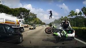 Jeux De Moto Et Voiture : deux hommes sur une moto percutent une voiture ~ Maxctalentgroup.com Avis de Voitures