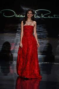 Dressing New York : victoria justice red dress collection fashion show in new york february 2014 ~ Dallasstarsshop.com Idées de Décoration