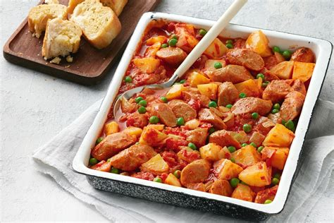 Tavë me patate dhe salçiçe - Gatime Shqiptare