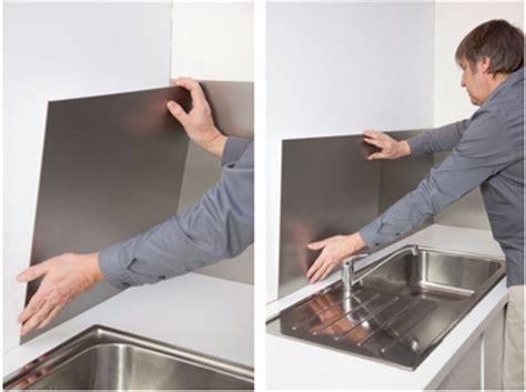 plaque autocollante cuisine poser une crédence alu c 39 est facile et pas cher déco cool