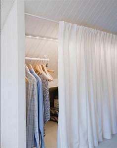 Dressing Tout En Un Avec Rideau : 1001 id e pour un dressing sous pente gain de place ~ Dailycaller-alerts.com Idées de Décoration