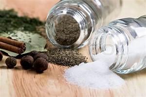 Räder Salz Und Pfeffer : gew rze pfeffer salz lorbeer zimt und kr utern nahaufnahme auf holzuntergrund stockfoto ~ Sanjose-hotels-ca.com Haus und Dekorationen