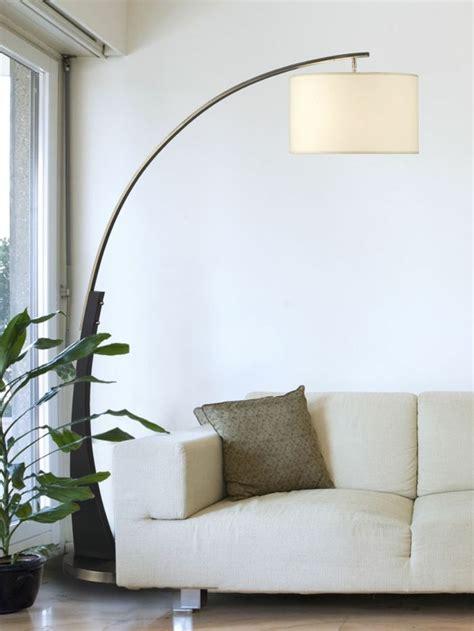 Led Hinter Sofa by Moderne Bogen Stehle Neben Einem Hellfarbigen Sofa
