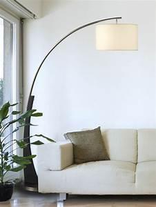 Lampen Auf Rechnung : moderne bogen stehlampe neben einem hellfarbigen sofa lampen ~ Frokenaadalensverden.com Haus und Dekorationen