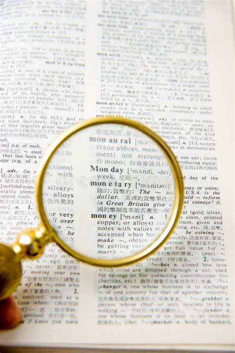 le de bureau avec loupe livre avec une lentille de loupe image stock image du