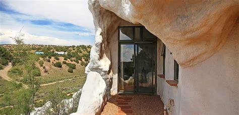 una casa roca  estilo moderno en el interior