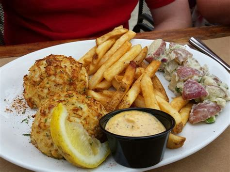 crab cakes   sides good picture  blu