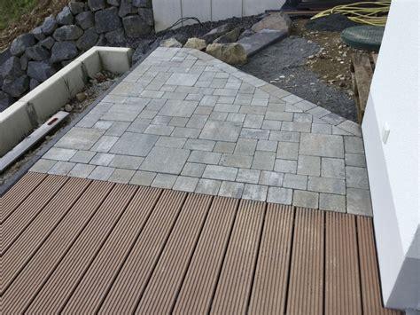 Holzterrasse Mit Steinumrandung by Im Und Um Haus Und Garten Terrasse Kombiniert Aus Wpc
