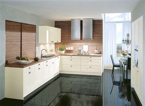 L-form Küche In Altweiß Mit Arbeitsplatte Und Rückwänden In Dunklem Holz
