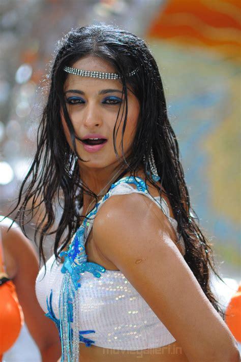 Puli Veta Anushka Hot Wet Wallpapers Pictures New Movie