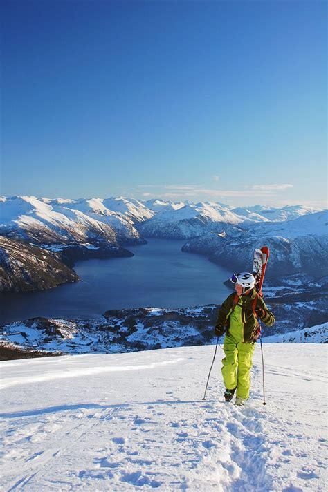 stranda  norwegen skifahren  fjord der spiegel