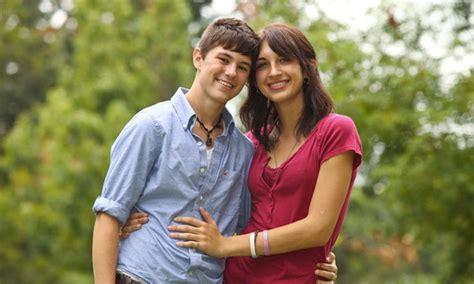 Un Couple D'adolescents ... Transgenres Heureux