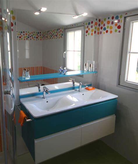 meuble bleu  blanc pour une salle de bains coloree
