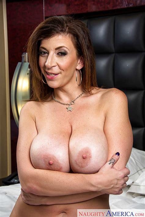Big Tit Milf Sara Jay Exposing Her Huge Ass And Spreading