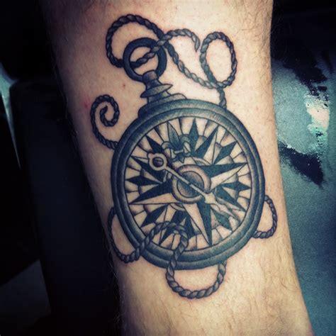 tatouage homme poignet boussole