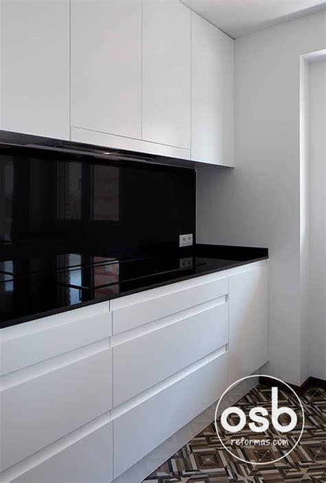 encimera  frontal de granito negro intenso cocina de