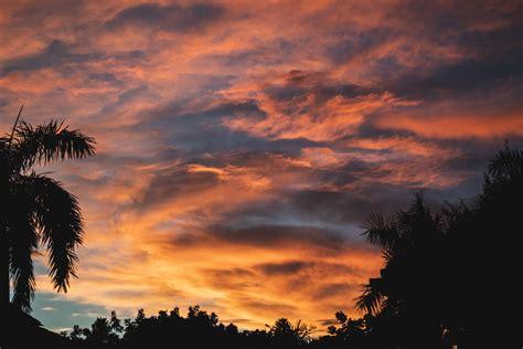 gambar perasaan senang sesudah mengalami kesenganan matahari terbenam alam langit merah