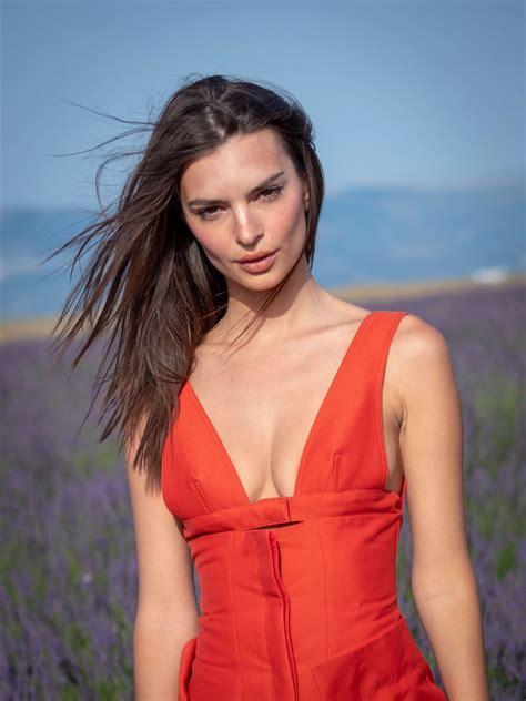 Ратаковски родилась 7 июня 1991 года в лондонском районе. EMILY RATAJKOWSKI at Jacquemus Spring/Summer 2020 Fashion Show in Valensole 06/24/2019 - HawtCelebs