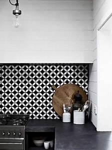 Crédence Adhésive Cuisine : cr dence adh sive noir et blanc dans cuisine blanche ~ Melissatoandfro.com Idées de Décoration