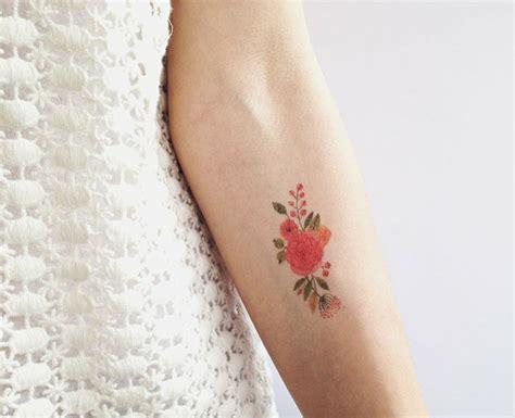 blumen tattoo motive im trendigen wasserfarben