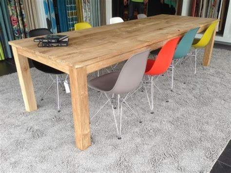 gekleurde plastic stoelen plastic design stoelen combineren met een houten tafel