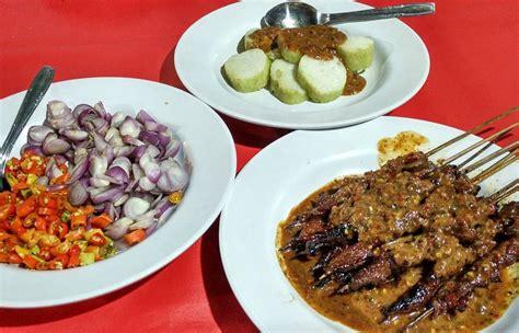 Sate kere menggunakan bahan dasar tempe gembus dan jeroan. Sate Kere Solo Yu Rebi Kuliner Favorit Pak Jokowi ...