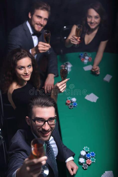 reiche leute die im kasino spielen stockbild bild von