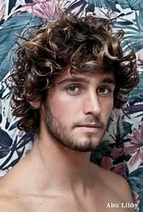 Coiffure Homme Cheveux Bouclés : hommes aux cheveux boucl s laissez les pousser mode ~ Melissatoandfro.com Idées de Décoration