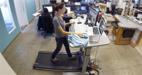 travail au bureau travailler debout avec un tapis roulant