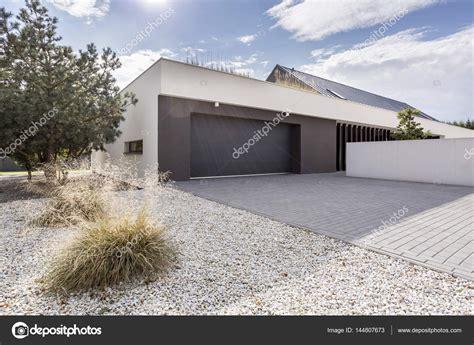Haus Mit Doppelgarage by Haus Mit Doppelgarage Stockfoto 169 Photographee Eu 144807673