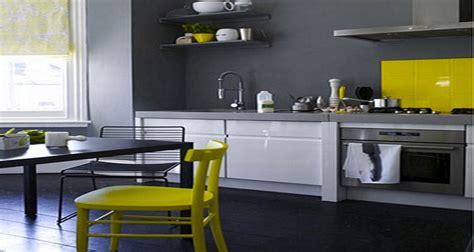 peinture cuisine gris decoration cuisine peinture gris meubles blanc chaises jaune
