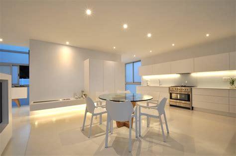 cuisine blanche et inox maison contemporaine blanche avec un intérieur design